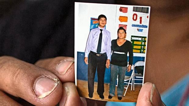 María Inés hält ein Bild, das sie und ihren Sohn René zeigt. Er floh 2013 aus El Salvador.