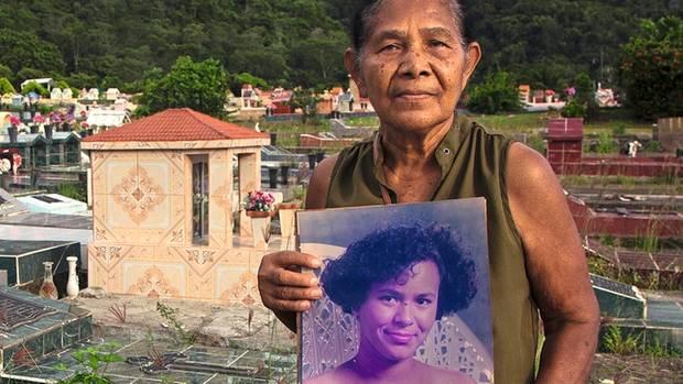 Angela Orellana am Grab ihrer Tochter Karen, die 1999 umkam