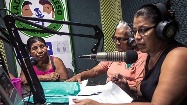 Über ein eigenes Radioprogramm halten die Mütter Kontakt