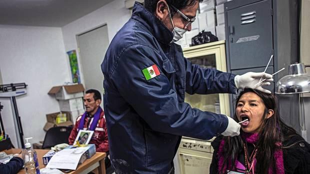In Guadalajara nehmen Forensiker DNA-Proben von Migranten, um sie abzugleichen mit den Überresten nicht identifizierter Leichen in Massengräbern