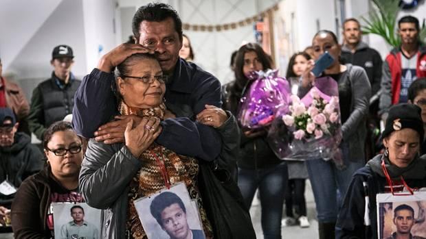 Mauro, einen ihrer beiden so lange vermissten Söhne, hat Clementina Murcia mithilfe der Radiostation finden können. In Guadalajara feiern die beiden eine emotionales Wiedersehen.
