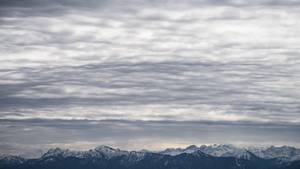 Eine Wolkenschicht über den Alpen