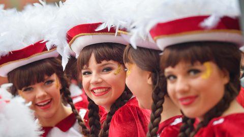 Funkenmariechen eines Karnevalvereines stehen zu Beginn der fünften Jahreszeit vor dem Rathaus der südbrandenburgischen Stadt