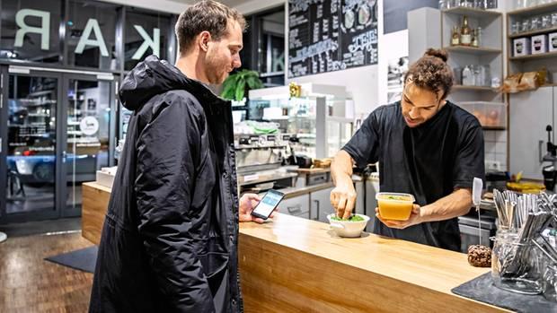 Too Good To Go: So heißt die App, mit deren Hilfe Cafébetreiber Jérôme Bah verkauft, was vom Tage übrig blieb