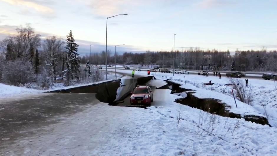 Ein Auto ist auf einem eingestürzten Abschnitt der Abfahrt von Anchorage eingeschlossen
