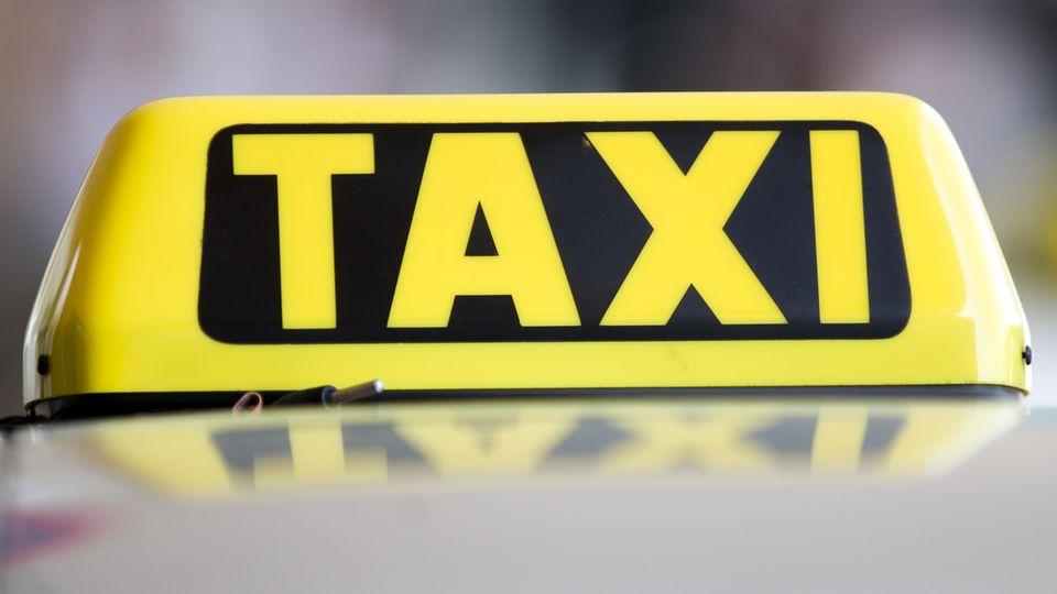 Weil zwei Fahrgäste den Preis für ihr Taxi nicht bezahlen wollten, wurde der Fahrer mit einem Samuraischwert angegriffen. Der Vorfall ereignete sich in der Nähe der österreichischen Stadt Graz.