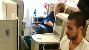 Im Linienflieger:Der Argentinier Agustín Agüero sitzt während des Iberia-Flugs von Madrid nach Buenos Aires neben Bundeskanzlerin Angela Merkel.