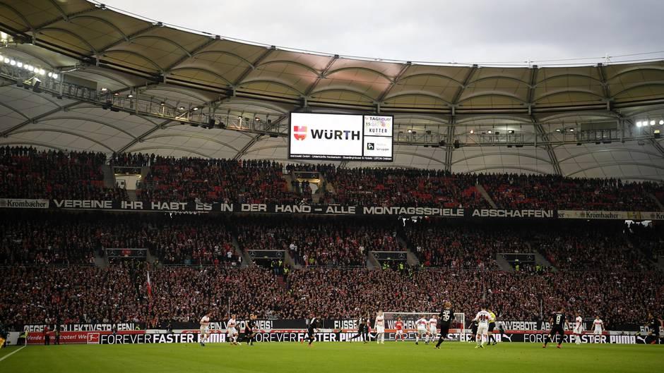 """""""Vereine, Ihr habt es in der Hand"""". Diese Botschaft fand sich am Wochenende in zahlreichen Bundesliga-Stadien. Die Anhänger wollen keine ungeliebten Montagsspiele mehr."""