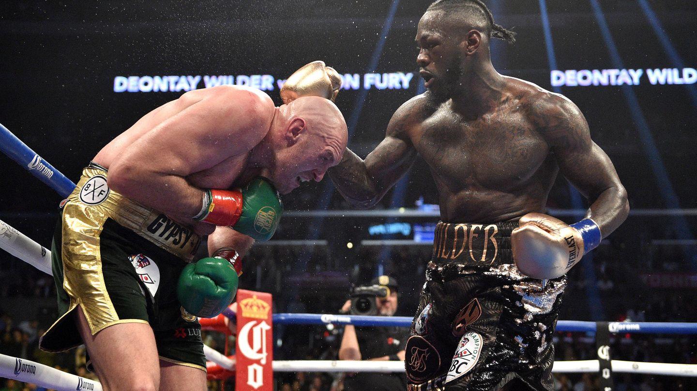Boxen: Tyson Fury gegen Deontay Wilder stehen im Ring und boxen