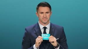 Der Ire Robbie Keane zeigt bei der Auslosung der Qualifikationsgruppen für die EM 2020 das Los von Deutschland