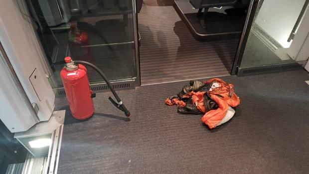 Nachrichten aus Deutschland: Eine verbrannte Jacke liegt in einem ICE nach München
