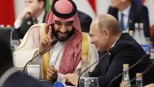 Wurde trotz der Khashoggi-Affäre auf dem G20-Gipfel in Buenos Aires herzlich empfangen: Mohammed bin Salman, Kronprinz von Saudi-Arabien (l.), im Gespräch mit Russlands Präsident Wladimir Putin