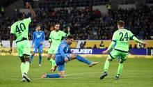 Große Aufregung um diese Szene: Schalke-Mann Oczipka bekommt den Ball an die Hand
