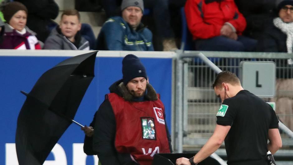 Schiedsrichter Kampka schaut sich eine Wiederholung am Videobeweis-Bildschirm an