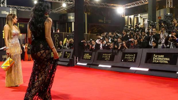 """Mit diesem Kleid habe sich Rania Jussefder """"Anstiftung zur Ausschweifungen"""" schuldig gemacht, finden ihre Kritiker. Die Frau, die im gelben Kleid daneben steht und deren Beine ebenfalls zu sehen sind, haben sie aber noch nicht ins Visier genommen."""