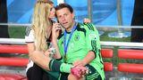 Bei der WM in Brasilien kam er nicht zum Einsatz und insgesamt bestritt er nur fünf Länderspiele für die deutsche Nationalmannschaft - trotzdem gehörtRoman Weidenfellerzu den Fußballweltmeistern von 2014. In diesem Herbst ereilte den 38-Jährigen der Weltmeisterfluch: Weidenfeller und seine Frau Lisa haben sich getrennt. Seit 2010 war das Paar liiert, ein Jahr später wurde geheiratet. Um ihren 2016 geborenen SohnLeonard wollen sie sich weiterhin gemeinsam kümmern.