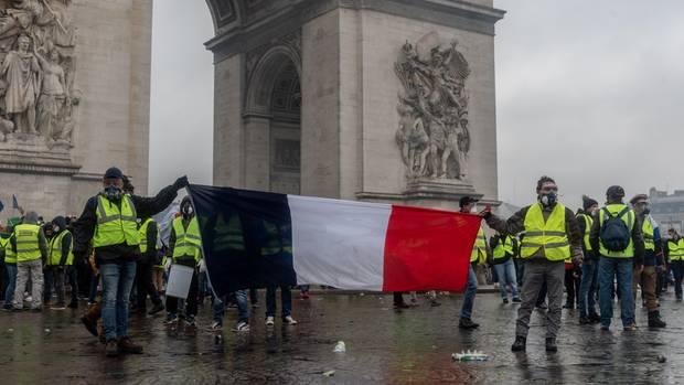 """Mitglieder der """"Gelbwesten"""" demonstrieren vor dem Triumphbogen in Paris"""