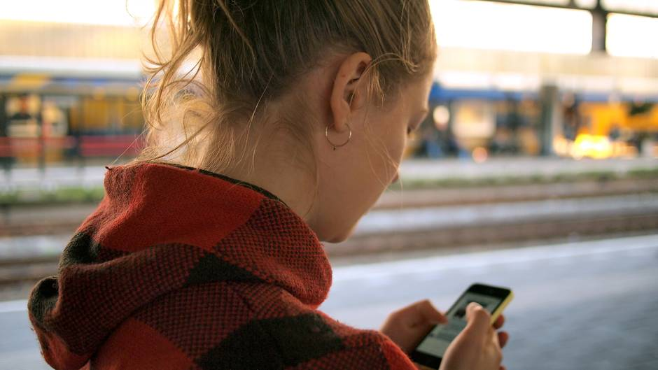 Mädchen mit Handy in der Hand