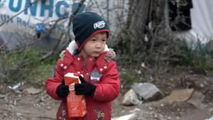 Hilflos und allein gelassen irrt dieser kleine Junge im Lager umher - auf der Suche nach Schutz und Beschäftigung.