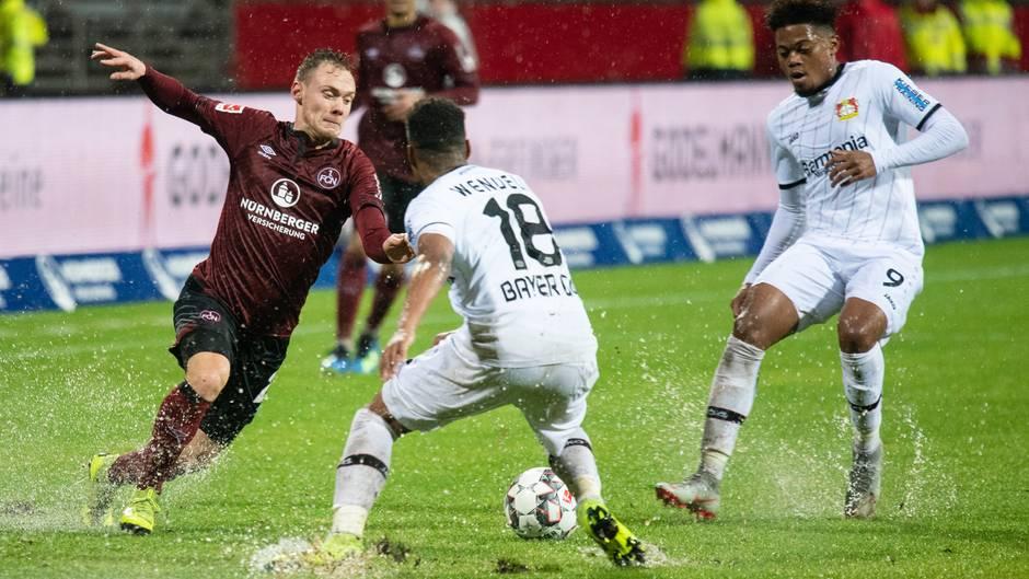 Wasser, wohin das Auge blickt:Nürnbergs Federico Palacios (l.) versucht den Sprint durch die Leverkusener Wendell (m.) und Leon Bailey (r.) hindurch