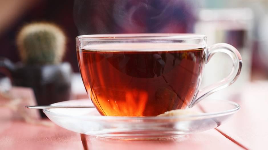 1. Tee wirkt anregend  Eine Alternative zu Kaffee kann schwarzer oder grüner Tee sein. Er enthält ebenfalls Koffein, das anregend wirkt und aus einem akuten Leistungstief hilft. Eine ähnliche Wirkung wird übrigens auch Mate-Tee zugesprochen. Das Getränk wird aus den getrockneten Blättern des Mate-Tees zubereitet und ist vor allem in Südamerika beliebt.