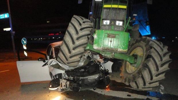 nachrichten deutschland - traktor auf auto