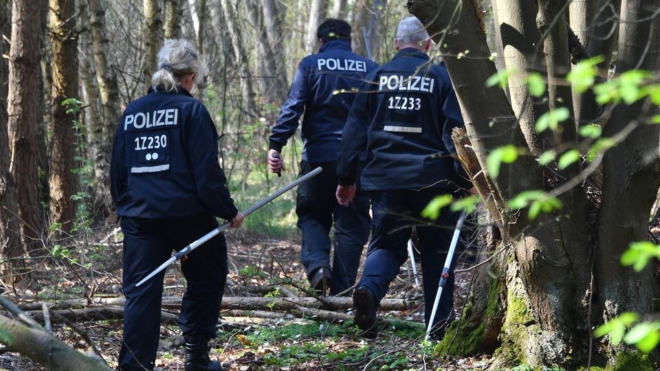 Brandenburg, Brieselang: Polizeibeamte suchen in einem Waldgebiet bei Brieselang nach Spuren der vermissten Georgine Krüger