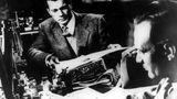 """Penicilline  Das Penicilline wurdevom schottischen Wissenschaftler Alexander Fleming im Jahr 1928 entdeckt, mit diesem Medikament begann die Ära der Antibiotika.  Davor gab es keine wirksame Behandlung von Infektionen wie Lungenentzündung, Gonorrhö oder Blutvergiftungen. Die Ärzte konnten versuchen, den Körper zu stärken, doch gegen die Infektion konnten sie wenig tun.  Das Grundprinzip der Antibiotika kannten schon die Ägypter, sie behandelten Wunden mit verschimmelten Brot. Doch erst 1928 wurde Penicilline, das erste echte Antibiotikum, von Alexander Fleming, Professor für Bakteriologie am St. Mary's Hospital in London, entdeckt. Er bemerkte, dass ein Schimmelpilzbefall das Wachstum von Bakterien hinderte. Aus dem Schimmelsaft wurde wenige Jahre später das Medikament entwickelt.  Im großen Maßstab wurde Penicilline im Zweiten Weltkrieg von den USA produziert. Der Film """"Der dritte Mann"""" (Foto) erzählt vom Handel mit gepanschtem Penicilline in der Nachkriegszeit."""