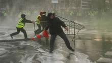 """Am Rande von """"Gelbwesten""""-Protesten: Polizisten knüppeln Mann offenbar ins Krankenhaus"""