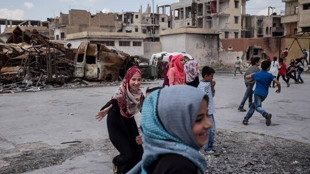 Kinder in den Straßen der zerstörten Stadt Raqqa