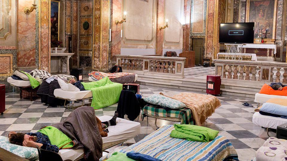 Feldbetten in einer Kirche in Rom