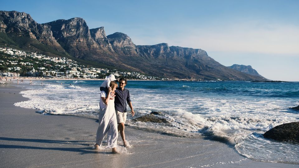 Elternzeit? Reisezeit! Autorin Vivian Alterauge mit Freund und Tochter Tilda am Strand von Kapstadt