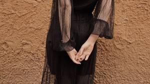 Junge Frau in schwarzem Kleid