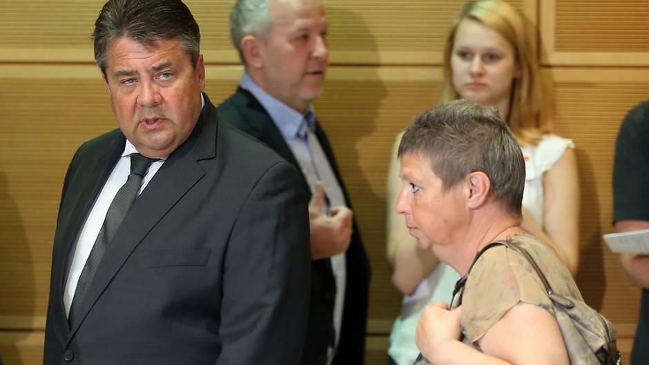 """Sigmar Gabriel und Susanne Neumann bei der """"Wertekonferenz Gerechtigkeit"""" im Willy-Brandt-Haus 2016."""