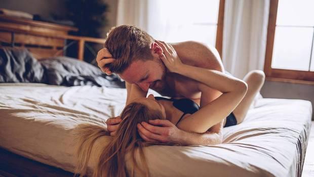 Frau und Mann liegen auf Bett