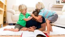 Kinder können anstrengend sein. Aber es gibt auch kleine Hilfen, die den Alltag erleichtern. (Symbolbild)