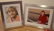 Wer ist die echte Angela Merkel? Neben einer Autogrammkarte der Bundeskanzlerin (l.) hat sichUrsula Wanecki ein Foto von sich selbst auf ihren Schreibtisch gestellt.