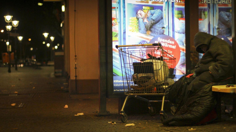 Ein Mann übernachtet in einer Winternacht bei Minusgraden an einer Bushaltestelle in Berlin-Schöneberg (Archivbild)
