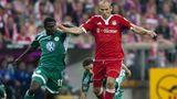 Arjen Robben inseinem ersten Spiel für die Bayern. Es geht am vierten Spieltag der Saison 2009/10gegen Wolfsburg.Der Niederländer ist zuvorfür 25 Millionen Euro von Real Madrid gekommen und wirdnach der Pause eingewechselt. Er schießtgleich mal zwei Tore beim 3:0-Sieg. Eine Ära hat begonnen.