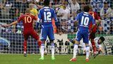 """Einer der bittersten Momente für Robben im Trikot desFC Bayern. Im """"Finale dahoam"""", dem Endspiel der Champions-League 2012 in der Allianz Arena gegen Chelsea verschießtRobben in der Verlängerung einen Elfmeter. Es hätte die Entscheidung sein können. Im späteren Elfmeterschießen nach dem Schlusspfiff tritt er nicht an. Daversagen dann Bastian Schweinsteiger und Ivica Olic die Nerven, Chelsea gewinnt den Titel. Es sind die Tage, in denen Medien und FansRobben den Spottnamen """"Alleinikow"""" verpassen. Robben hatte nämlich im Bundeliga-Spiel gegen den Erzrivalen Dortmundschon einen Elfer vergeben. Angeblich ist er deswegen im Team isoliertund gilt als Egoist."""