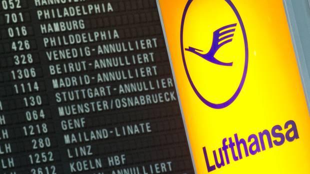 Annullierte Flüge der Lufthansa werden auf dem Flughafen Frankfurt angezeigt