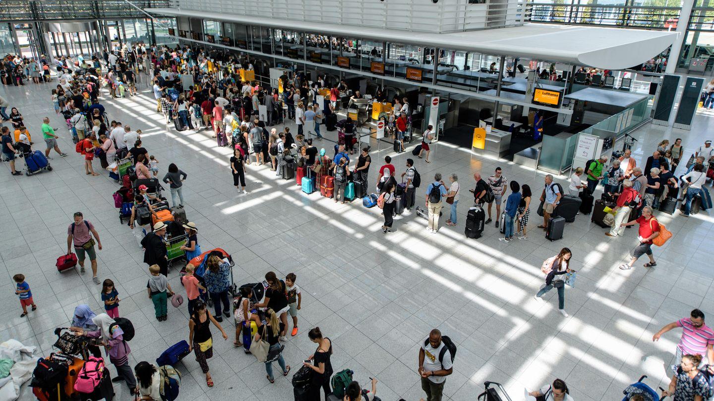 Lange Warteschlangen am Flughafen München: Fluggäste stehen an Check-In-Schaltern im Terminal 2