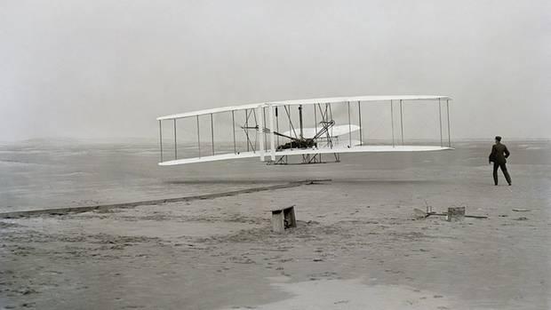 Das erste Flugzeug  1903 starteten die Brüder Wright das erste Flugzeug, dassich aus eigener Kraft in die Luft erheben konnte. Aus ihn entwickelten sich die Flugzeuge, wie wir sie heute kennen. Der Traum vom Fliegen wurde wahr, der Mensch löste sich von der Oberfläche der Erde und eroberte die dritte Dimension.