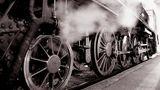 Die Lokomotive  Die Lokomotive basiert auf der Dampfmaschine, aber es dauerte mehr als 100 Jahre, bis die Dampfmaschine reisen lernte. Nach mehreren Vorläufern baute Richard Trevithick 1804 die erste auf Schienen fahrende Dampflokomotive. 1825 wurde die erste Eisenbahnstrecke in Betrieb genommen. Ab etwa 1850 veränderte die Eisenbahn die Welt komplett. Zu Erinnerung: Vorher mussten Güter und Personen an Land mit Karren und Kutschen reisen. Im Vergleich dazu, war die Eisenbahnen unglaublich schnell, konnten sehr lange Zeit arbeiten und unglaubliche Mengen an Gütern transportieren.