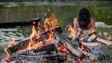 Feuer  Das Feuer wurde vom Menschen nicht erfunden, Feuer entsteht auch aus natürlichen Ursachen. Doch die Menschen lernten das Feuer zu bewahren und es selbst zu entfachen. Ab etwa 700.000 v. Chr. konnte der Homo erectus selbst ein Feuer machen. Zunächstum sich zu wärmen, das Kochen beziehungsweise das Braten der Nahrung wurde erst sehr viel später populär. Das Bild zeigt ein heutiges  Steinzeitreffen.