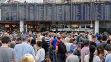 """""""Völliger Wahnsinn"""" am Flughafen München  Juli 2018: Fehlstart in die Sommerferien in Bayern. Der Flughafen München war über Stunden lahmgelegt. Die Polizei räumte den Terminal 2. Auslöser war eine Frau, die unkontrolliert die Sicherheitsschleuse passiert hatte. Die die Bundespolizei räumte daraufhin die Abflughalle. Passagiere kritisierten die mangelnde Organisation und Durchsagen zunächst nur in deutscher Sprache. Mindestens 200 Flüge fielen aus, weitere 60 starteten verspätet.Mehr lesen Sie hier."""