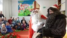 Der Weihnachtsmann und Knecht Ruprecht (dunkler Bart) zu Besuchim Familienzentrum Johannes-Brenz-Haus in Friedrichshafen