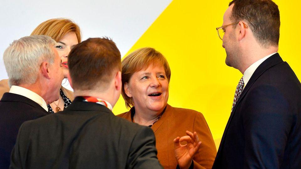 CDU-Parteitag: Angela Merkel im Gespräch mit Jens Spahn