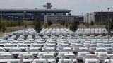 """Der BER ist immer noch nicht eröffnet  Zu guter Letzt: Südlich von Berlin wird immer noch am neuen Hauptstadtflughafen gebaut. Eigentlich war die große Eröffnung für Juni 2012 geplant - vor weit mehr als 2000 Tagen. In diesem Jahr wurden unverkäufliche Volkswagen auf dem Areal geparkt. Aber Flughafenchef Engelbert Lütke Daldrup hat nun einen neuen Termin genannt. """"Wir werden den Flughafen im Oktober 2020 eröffnen. Darauf können sie sich verlassen."""" Mehr lesen Sie hier."""