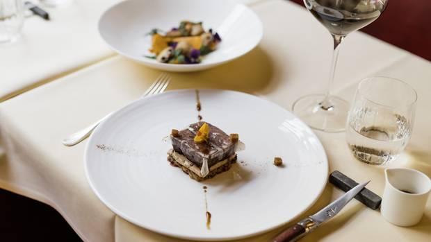 Das parierte Rückenfleisch des Rehs wird zunächst drei Tage lang in kräftigem Rotwein mariniert, unter Hinzufügung von Wurzelgemüsen, Zwiebeln, Kräutern und Gewürzen. Beim Anrichten bilden in Butter gebratene Knödelscheiben die Basis für das Reh.